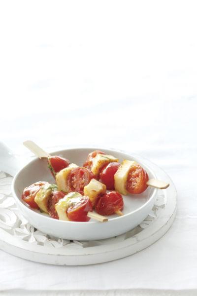 Σουβλάκια με ντοματίνια και χαλούμι | imommy.gr