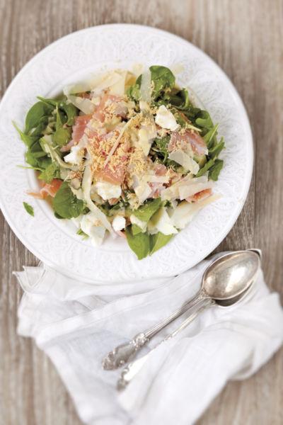 Σαλάτα με σολομό, αβγό και σάλτσα ταραμά | imommy.gr