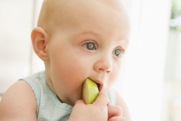 Μήπως δίνουμε στα παιδιά μας πολύ νωρίς στερεές τροφές; | imommy.gr
