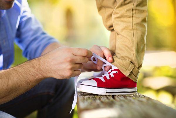 Οι απλοί τρόποι για να μάθει να δένει τα κορδόνια του | imommy.gr