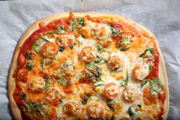 Υγιεινή πίτσα με σπανάκι και ντοματίνια | imommy.gr
