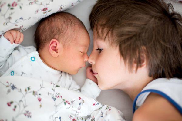 Τα μωρά κι ο μεγάλος αδερφός τους | imommy.gr