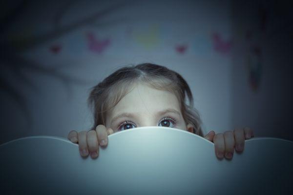 Τι να κάνω αν το παιδί μου φοβάται το σκοτάδι; | imommy.gr
