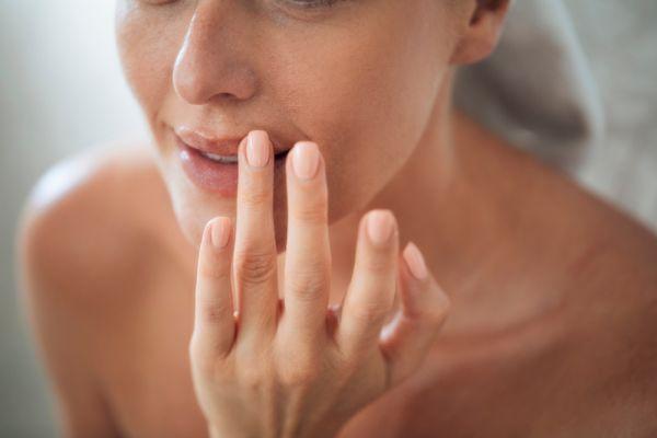 Πώς θα απαλλαγείτε από τα σκασμένα χείλη | imommy.gr