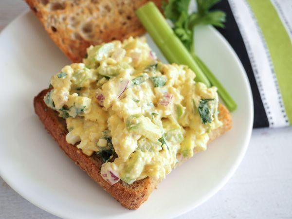 Σάντουιτς με αυγό και καραμελωμένα κρεμμύδια | imommy.gr