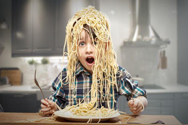 Όταν το παιδί παίζει με το φαγητό του   imommy.gr