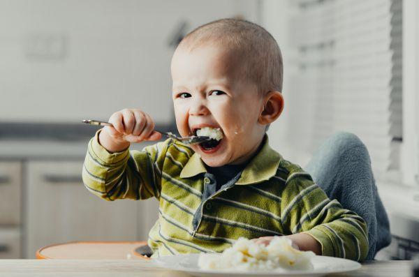 Όταν το παιδί μαθαίνει να τρώει χωρίς βοήθεια | imommy.gr