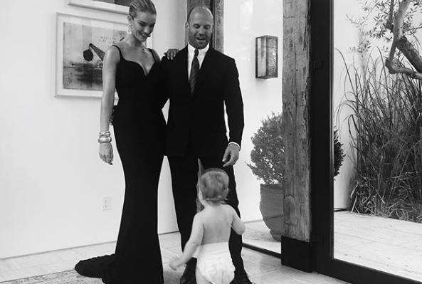 Ρόζι Χάντινγκτον: Φωτογραφίζει τον σύζυγό της, Τζέισον Στέιθαμ, αγκαλιά με τον γιο τους | imommy.gr