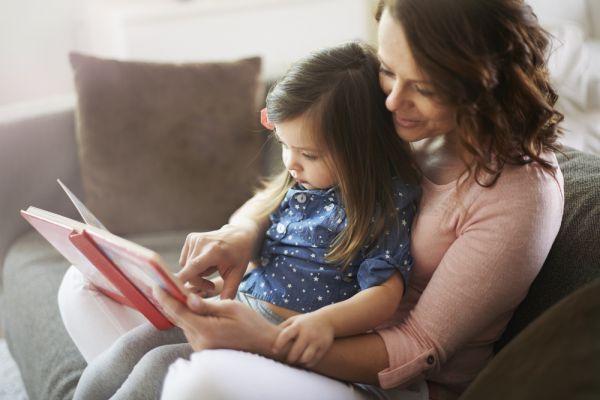 Οι γονείς που διαβάζουν με τα παιδιά, βελτιώνουν άμεσα τις γλωσσικές τους ικανότητες | imommy.gr