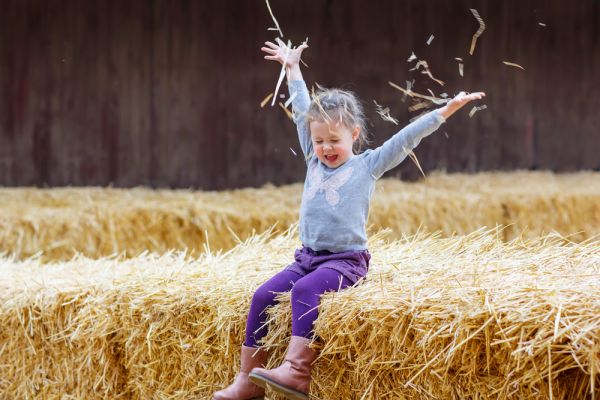 Η πρώτη επαφή του παιδιού με τη φάρμα στο χωριό | imommy.gr