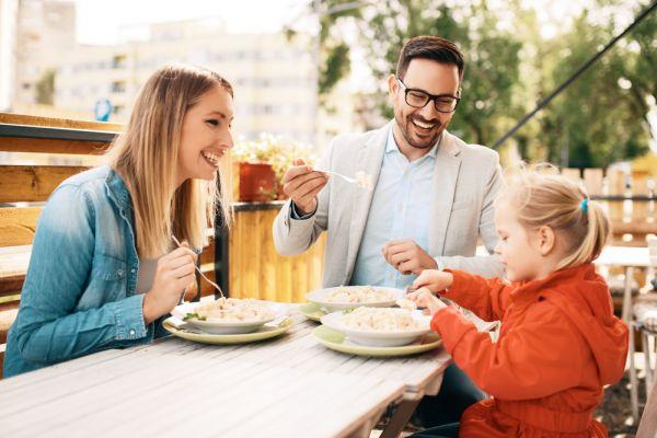 Πώς θα φάτε έξω με τα παιδιά… και θα περάσετε καλά | imommy.gr