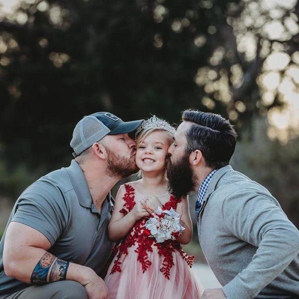 Η φωτογραφία της μικρής Willow με τον μπαμπά και πατριό της μας μαθαίνει τι σημαίνει αγάπη | imommy.gr