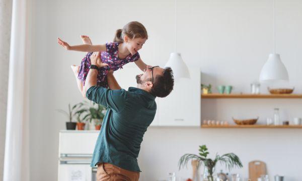Οι μπαμπάδες είναι πιο χαρούμενοι από τις μαμάδες | imommy.gr
