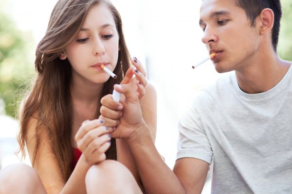 Γιατί καπνίζει ο έφηβος και πώς θα τον βοηθήσετε | imommy.gr