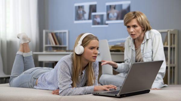 Τι να κάνω αν η έφηβη κόρη μου δεν μου ανοίγεται; | imommy.gr