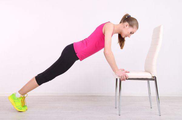 Γυμνάστε όλο το σώμα σας χρησιμοποιώντας μια καρέκλα | imommy.gr