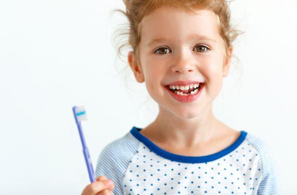 Τα αίτια της δυσχρωμίας στα δόντια του παιδιού | imommy.gr