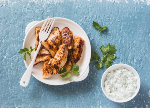 Κοτόπουλο με δροσερή σάλτσα γιαουρτιού | imommy.gr