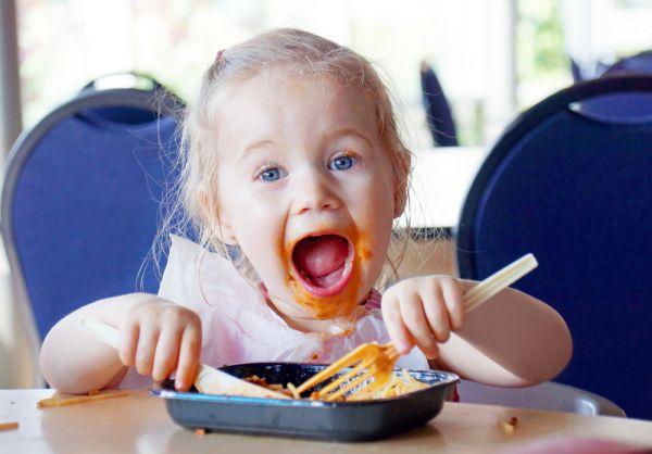 Γιατί πρέπει να αφήνουμε τα παιδιά να παίζουν με το φαγητό τους | imommy.gr