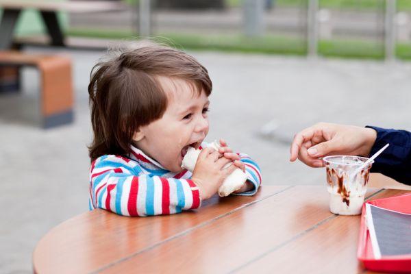 Πώς θα κάνετε τη μετάβαση από τα αγαπημένα φαγητά του παιδιού στα υγιεινά   imommy.gr