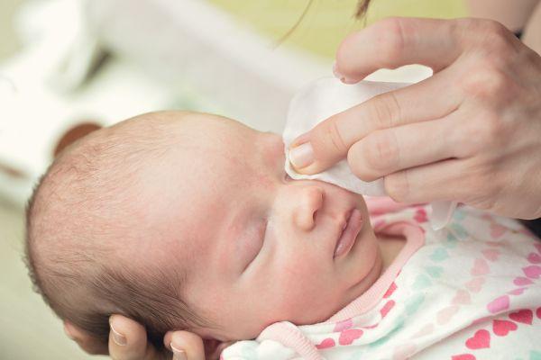 Κάτι μπήκε στο μάτι του μωρού σας; Έτσι θα το αφαιρέσετε | imommy.gr