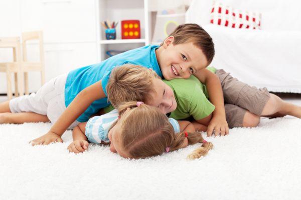 Πώς θα μεγαλώσετε σωστά το μεσαίο παιδί | imommy.gr