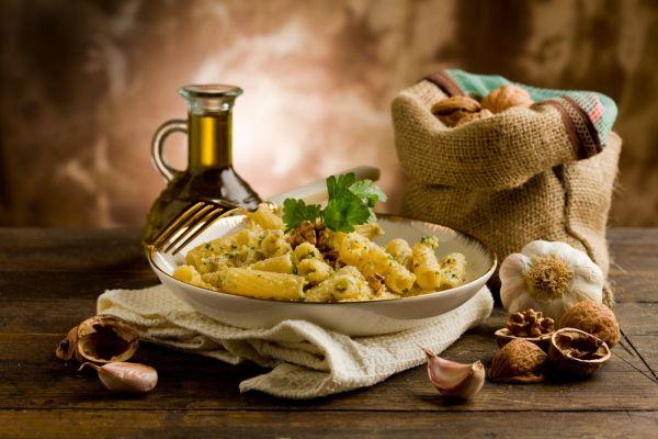 Ζυμαρικά με καρύδια και σκόρδο | imommy.gr