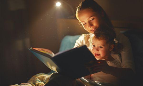 Είναι φυσιολογικό που το παιδί θέλει να ακούει το ίδιο παραμύθι κάθε βράδυ; | imommy.gr