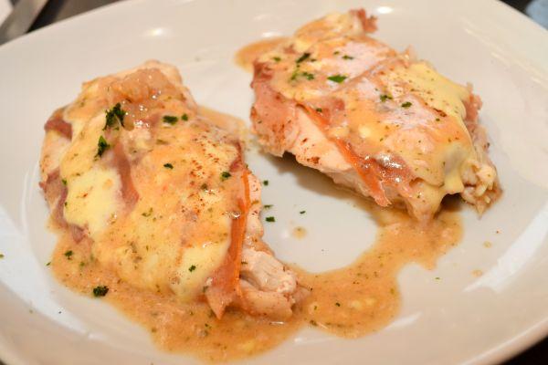 Κοτόπουλο με λιωμένο τυρί και μπέικον | imommy.gr