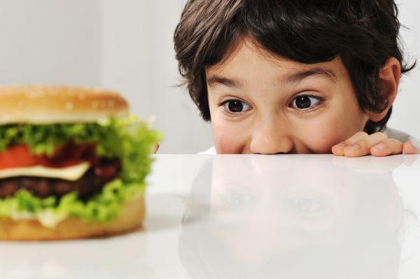 Πρέπει να αφήνω το παιδί να τρώει όταν πεινάει ή να μένω στο πρόγραμμα; | imommy.gr