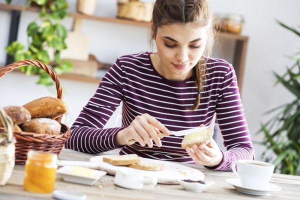 Οι τροφές που πρέπει να αποφεύγετε αν είστε σε δίαιτα χαμηλών υδατανθράκων | imommy.gr