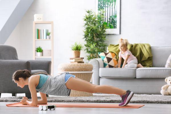 Οι πέντε πιο εύκολες ασκήσεις που μπορείτε να κάνετε χωρίς να βγείτε από το σπίτι | imommy.gr