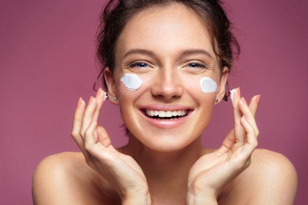 Πώς θα ενυδατώσετε σωστά το πρόσωπό σας | imommy.gr