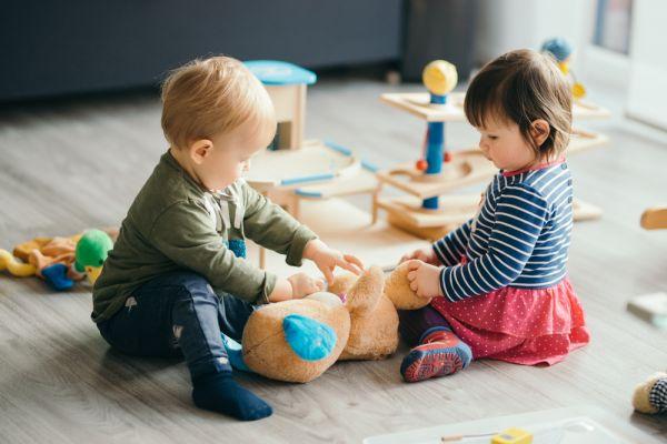 «Πρώτες λεξούλες»: Πώς βοηθά το ένα παιδάκι το άλλο στην ομιλία; | imommy.gr