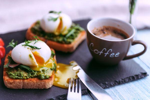 Φρυγανισμένο ψωμί με αβοκάντο και αυγά | imommy.gr