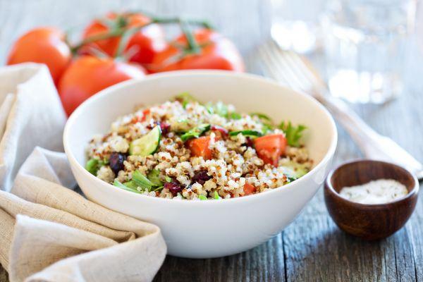 Ζεστή σαλάτα ψητών λαχανικών με κινόα | imommy.gr