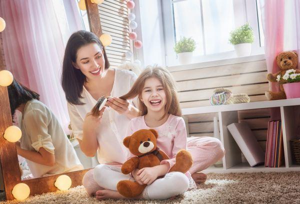 Πώς θα αφαιρέσετε αποτελεσματικά την τσίχλα από τα μαλλιά του παιδιού | imommy.gr