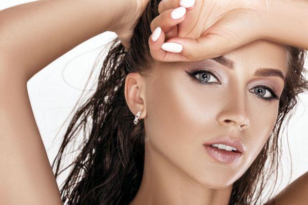 Το λαμπερό μακιγιάζ που χρειάζεστε αν είστε καλεσμένη σε γάμο | imommy.gr