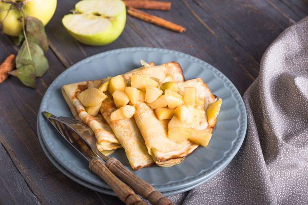 Σπιτικές κρέπες με ψιλοκομμένο μήλο και μέλι | imommy.gr