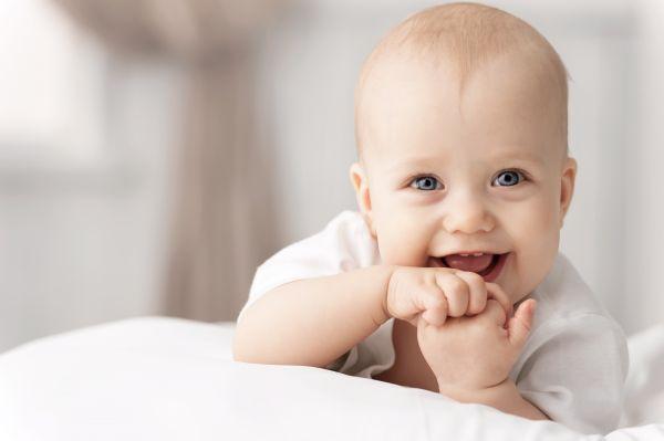 Τρεις δεξιότητες  που πρέπει να κατακτήσει στον πρώτο μήνα της ζωής του | imommy.gr