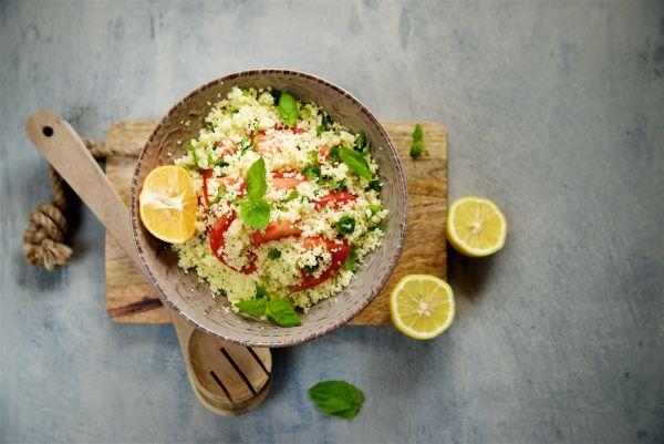 Ελαφριά σαλάτα με κους κους, ρόκα και ντοματίνια | imommy.gr