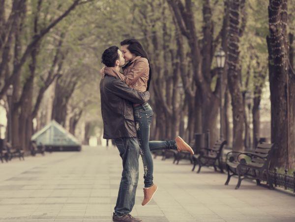 Τι συμβαίνει στο σώμα μας όταν δίνουμε ένα φιλί; | imommy.gr