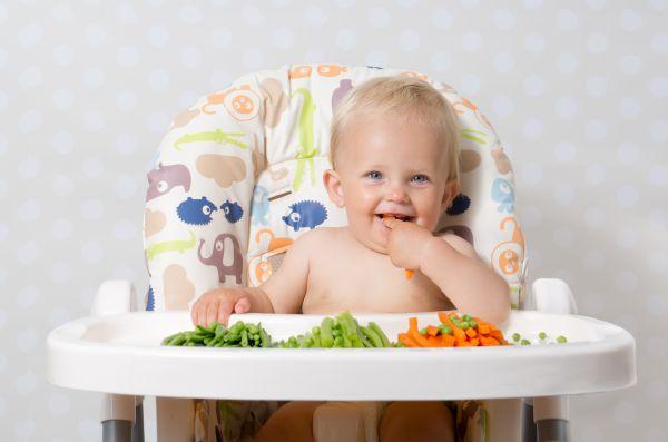 Πώς θα κάνει τη μετάβαση από το γάλα στη στερεά τροφή; | imommy.gr