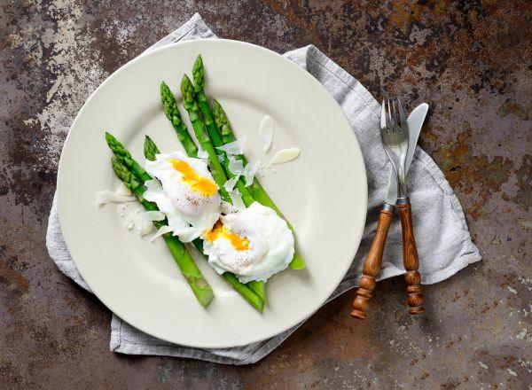 Αβγά ποσέ με ψητά σπαράγγια | imommy.gr