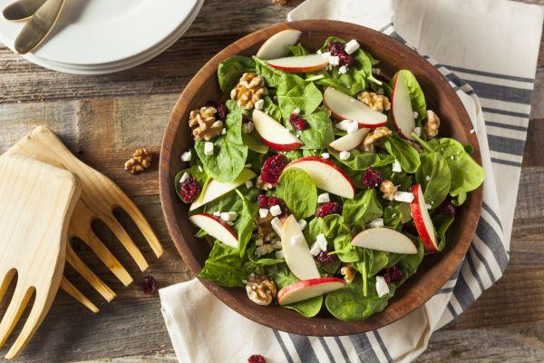 Νόστιμη και θρεπτική σαλάτα με σπανάκι και φρούτα | imommy.gr