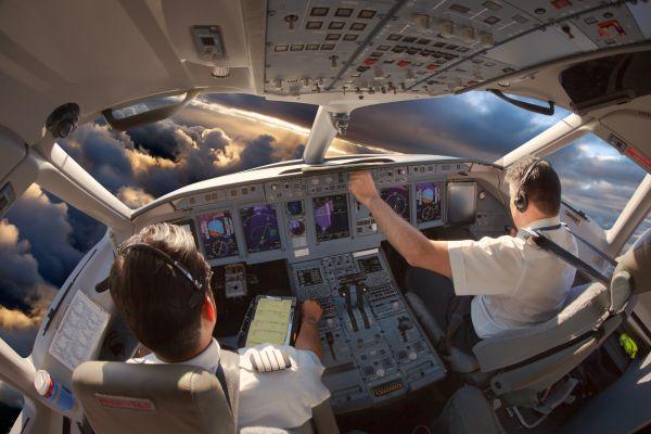 Βίντεο: Πιλότος άφησε τον χειρισμό του αεροσκάφους σε 20χρονη επιβάτη | imommy.gr