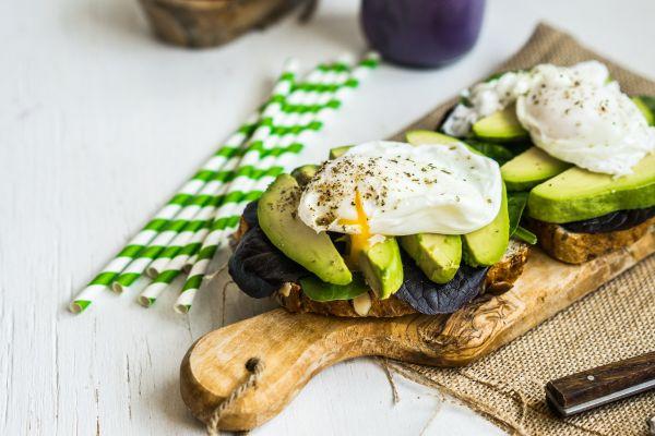 Αυγά ποσέ με αβοκάντο σε φρυγανισμένο ψωμί | imommy.gr