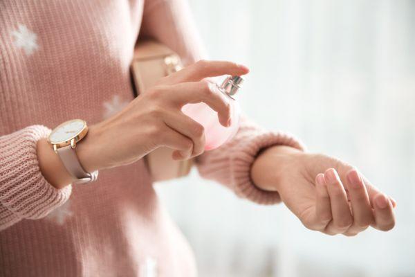 Τέσσερις τρόποι για να διαρκεί το άρωμά σας όλη μέρα | imommy.gr