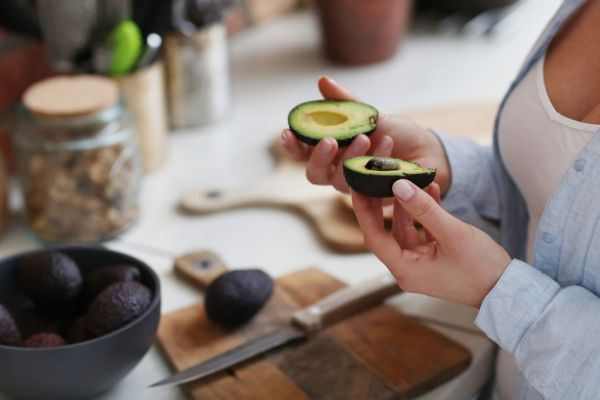 Πέντε λόγοι να εντάξετε το αβοκάντο στη διατροφή σας | imommy.gr
