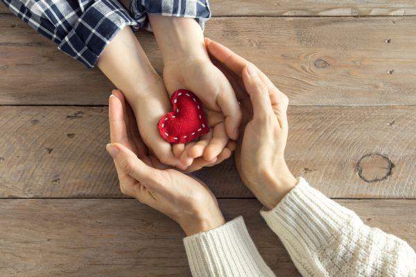 Μαθαίνοντας στα παιδιά την έννοια της καλοσύνης | imommy.gr